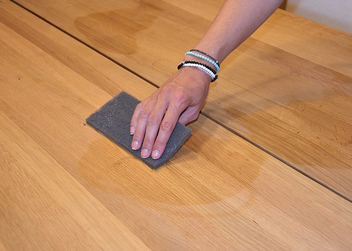 Scratches or heavily worn surfaces can best be pretreated with an abrasive fleece